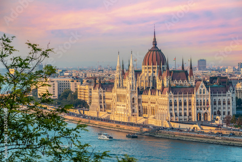 Foto Murales Aerial view of Budapest parliament andt the Danube river at sunset, Hungary