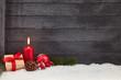 Weihnachten Hintergrund mit Kerze und Geschenk - 226316654