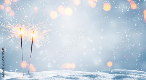 Leinwanddruck Bild zwei brennende wunderkerzen im schnee