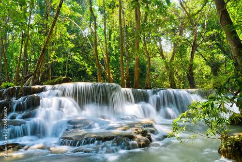 Huai Mae Khamin siklawa przy Kanchanaburi, Tajlandia, piękna siklawa, las, siklawa z drzewnym tłem