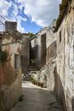 vicolo attraversa vecchie abitazioni di un borgo antico
