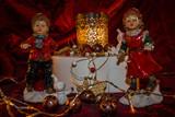 Festlich arangierte Weihnachtsdekoration auf rotem Tuch und beleuchtet durch Kerzenlicht.Selected  focus and narrow depth of field