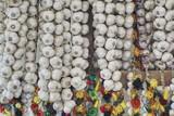 wianki białego czosnku wystawione na sprzedaż na kiermaszu świątecznym - 226574091