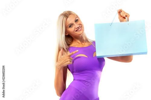 Czarny piątek koncepcji sprzedaży sklepów sportowych. Zakupy kobiety atlety mienia koloru torba odizolowywająca na żółtym tle w wakacje