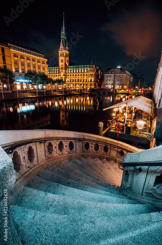 Leinwanddruck Bild The Alsterfleet and the City hall in Hamburg at night. Beautiful illuminated downtown, city center