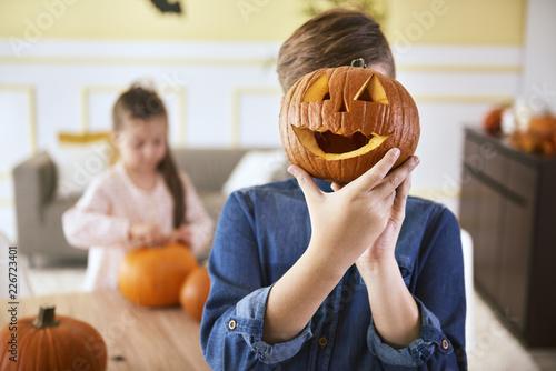 Foto Murales Boy with scary Halloween pumpkin