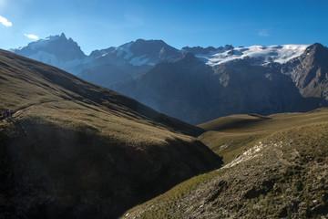 Randonnée sur le plateau d' Emparis face à la Meije