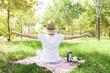 Quadro açık alanda piknik yapan kadın