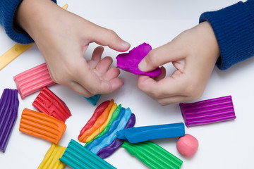 Руки ребенка лепят фигурки из пластелина © sl1982