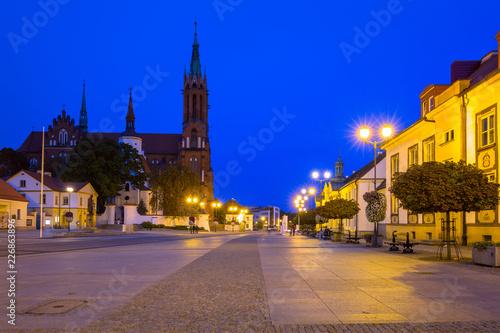 Zdjęcia na płótnie, fototapety na wymiar, obrazy na ścianę : Kosciusko Main Square with Basilica in Bialystok at night, Poland.