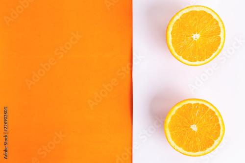 pomarańczowa owoc w kolorowym tle
