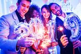 Männer und Frauen feiern das Neujahr 2019