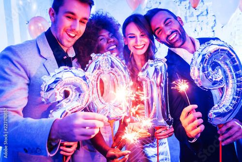 Männer und Frauen feiern das Neujahr 2019 - 227010857