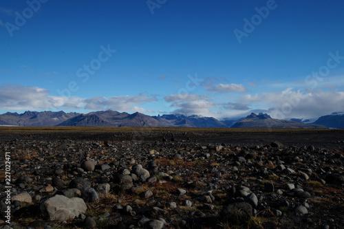 Steinwüste mit Bergpanorama in Island