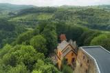 widok z wieży zamkowej na zamek i okolice