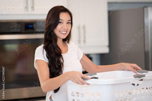 Foto Murales Woman Doing Laundry