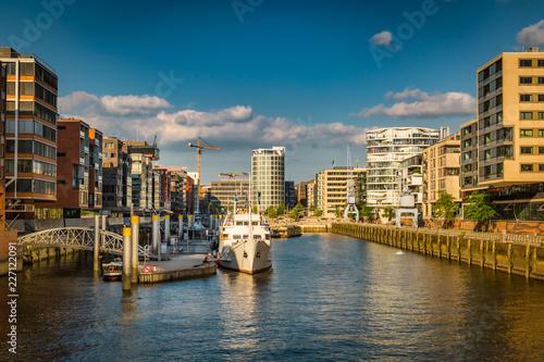 Fridge magnet Sandtorhafen in der Hafencizy mit modernen Gebäuden - Wohnen und Arbeiten am Wasser