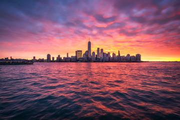 Spektakulärer Sonnenuntergang über der Manhattan skyline in New York City, USA