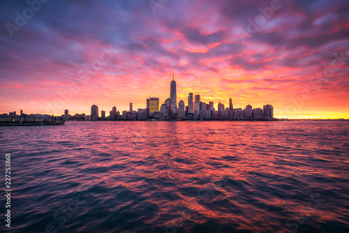 Foto Murales Spektakulärer Sonnenuntergang über der Manhattan skyline in New York City, USA