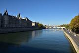 Matin clair sur la Seine à Paris, France