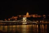 Puente de las cadenas y Palacio Real iluminados en la noche de Budapest. - 227300409