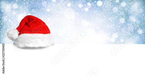 Weihnachtsmannmütze auf weißer Holzplatte