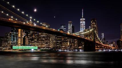 Brooklyn Bridge in New York mit Manhattan Skyline bei Nacht © Christian Horras