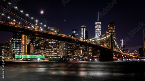 Brooklyn Bridge in New York mit Manhattan Skyline bei Nacht - 227311659