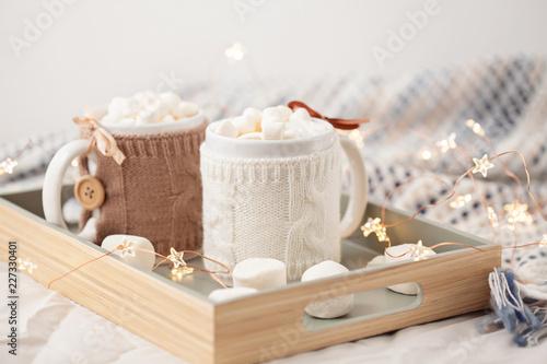 Gorąca czekolada z marshmallows na miękkim szkockiej kraty tle z bożonarodzeniowe światła. Idealny zimowy przysmak.