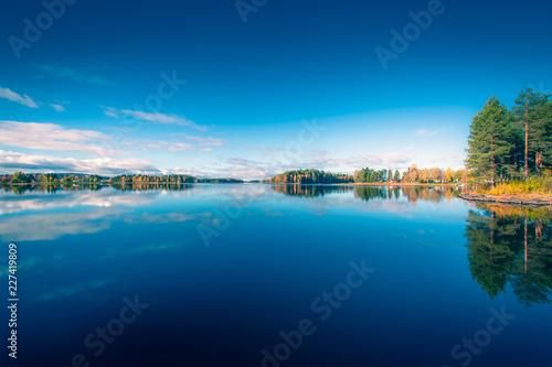 Jesień jeziorny widok od Sotkamo, Finlandia.