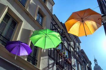 Street art, parapluies dans une rue de Rouen