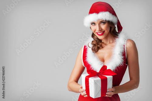 Foto Murales Woman in santa hat with gift