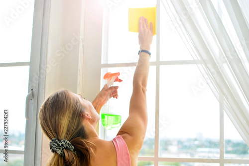 Foto Murales Woman washes a window