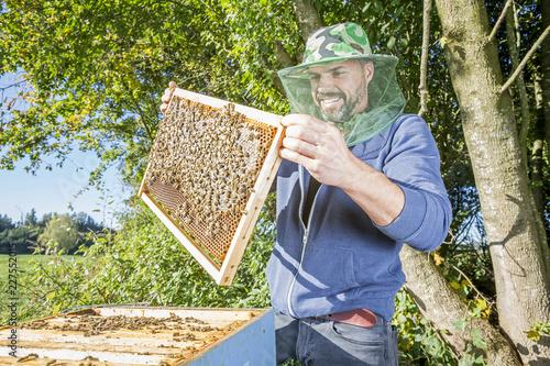 Leinwandbild Motiv Portrait Imker mit Bienenvolk in der Natur