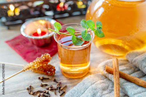 Leinwanddruck Bild Entspannung bei einem guten Glas Tee