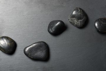 Schieferplatte mit Steinen