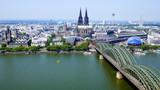 weiter Blick vom Aussichtsturm Triangle in Köln auf Hohenzollernbrücke, Dom und Stadt mit Rhein - 227649043