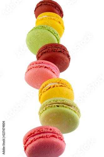 Macaron ciastka różni kolory odizolowywający na białym tle