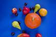 fruits et légumes sur fond bleu - grenade, pommes, poires, citrouille, mangue et châtaignes - 227688661