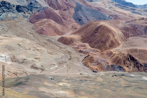 Szeroki krajobraz w Tybecie z drogą w kierunku odległości