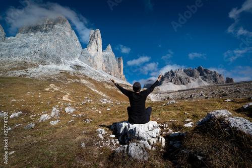 Sticker Joga vor den Berggipfeln