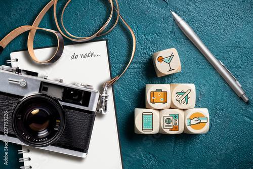 """Leinwanddruck Bild Reisesymbole auf Würfeln, Notizblock mit Aufschrift """"ab nach..."""" und Retro-Kamera"""