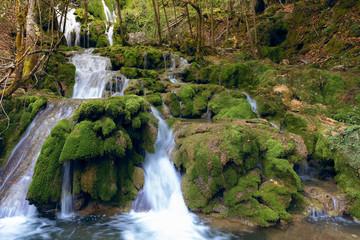Cascadas de la Tobería en la sierra de Entzia, Álava, España
