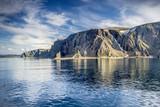 Landschaft mit Meer und Inseln auf dem Seeweg von Honningsvåg nach Kjøllefjord - 227762075