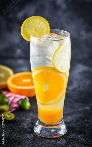 Cytrynowa pomarańcza i sok z cytryny