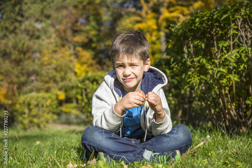 Foto Murales Happy little boy in the autumn park