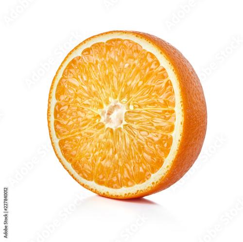 pojedyncza połówka dojrzała pomarańczowa owoc odizolowywająca na whtie tle