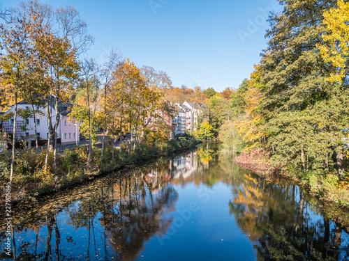 Leinwanddruck Bild Saale in Hof mit Herbstlicher Spiegelung