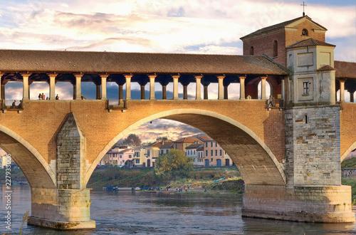 Fototapeta Il ponte coperto di Pavia con le luci del tramonto
