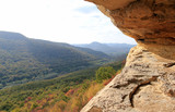 Вид на осенний лес с высоты Козьей пещеры в экопарке Воденицы (Болгария) - 228003030